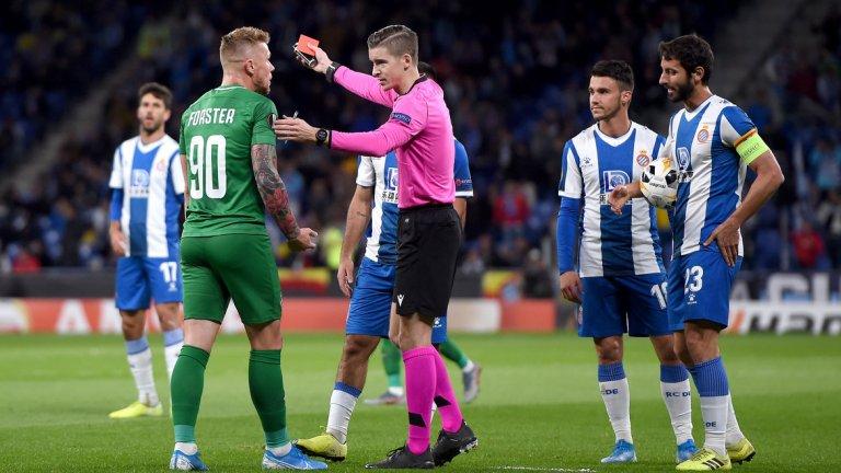 Червеният картон на Форстър дойде малко след първия гол във вратата на Илиев и на практика реши всичко в мача