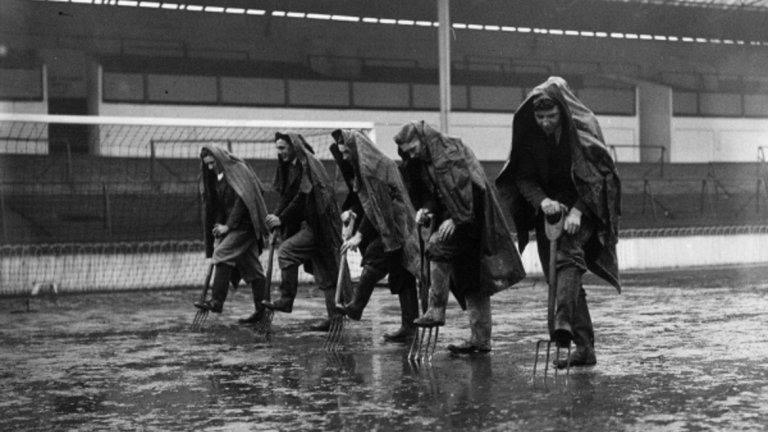 1925-а. Служители на Тотнъм се опитват да отводнят терена с вили.