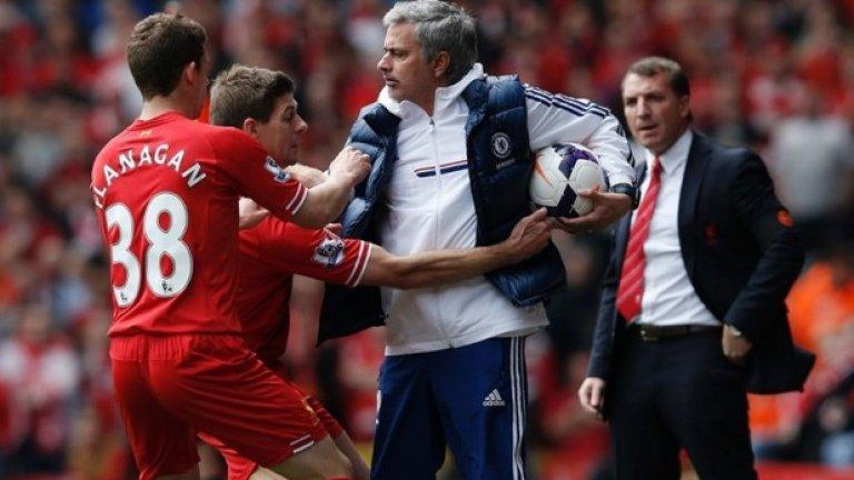 Жозе Моуриньо задържа топката от връщането й в игра, а капитанът на Ливърпул Стивън Джерард се опитва да му я отнеме по време на сблъсъка между Челси и мърсисайдци в края на април.  Тогава лондонският тим спечели с 2:0 и даде титлата в ръцете на другия основен претендент - Манчестър Сити.