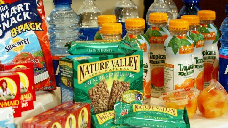 """11. Храните се със """"здравословни"""" храни Не всички храни, които се рекламират като здравословни са полезни за вас. Използват се изключително много маркетингови трикове, които могат да ви подведат, че една храна е здравословна. Примери са продукти с намален % мазнини, но добавена захар и допълнителни съставки за по-добър вкус, мирис и вид или напитки с 0 калории и захар, които съдържат съставки доказали се като вредни за здравето. Също трябва да се вземе предвид, че колко здравословна е една храна не определя нейната калоричност."""