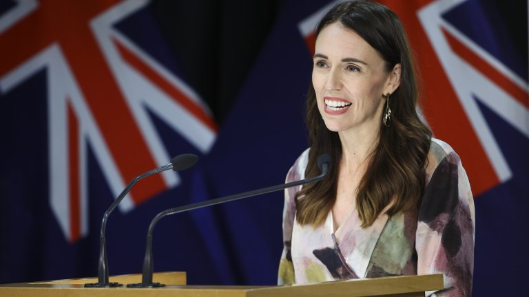 """И отново в политиката. Джасинда Ардерн прилича на модел, но всъщност е министър-председател на Нова Зеландия. Тя започва политическата си кариера на 17-годишна възраст. Ардeрн израства в района на Уайкато, недалеч от Hobbiton / Торбодън - прочутата снимачна площадка на """"Властелинът на пръстените"""". Джасинда е най-младият министър-председател на Нова Зеландия за последните 100 години и първият световен лидер, който отиде с бебето си на годишната среща на световните лидери в ООН. По това време дъщеря ѝ е само на 3 месеца."""