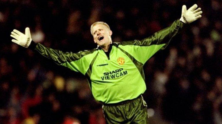 """Петер Шмайхел - 398 мача, 1 гол Фъргюсън го привлече през 1991 г., изкара 8 паметни сезона на """"Олд Трафорд"""" и е безспорният вратар №1 в историята на Юнайтед. Дори Рой Кийн, който рядко правеше комплименти на когото и да било, призна - поне 2 титли в ерата на Висшата лига се дължат на невероятния датчанин. Шмайхел си тръгна след финала през 1999 г., когато бе капитан при успеха над Байерн в Шампионската лига. Но - каква легенда!"""