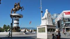 В неокласическия си блясък Скопие изглежда лъскав и различен, aко не броим съмнителната естетическа стойност на новите статуи и сгради в центъра
