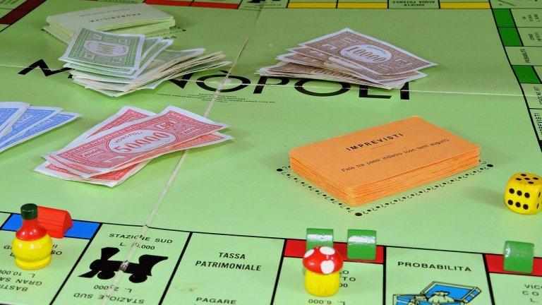 Монополи Доброто старо Монополи! И това е игра, която надживява поколения. Подходяща е за цялото семейство - от деца до баби, зависи как ви е заварило извънредното положение. Може да се включат от двама до осем души и още след първата игра всеки гледа по различен начин на закупуването на имоти, застрояване и търгове. Подходящо време да обясните и на децата някои неща за парите. Или да спестите малко от истинските си такива, тъй като така и така не е добра идея да излизате.