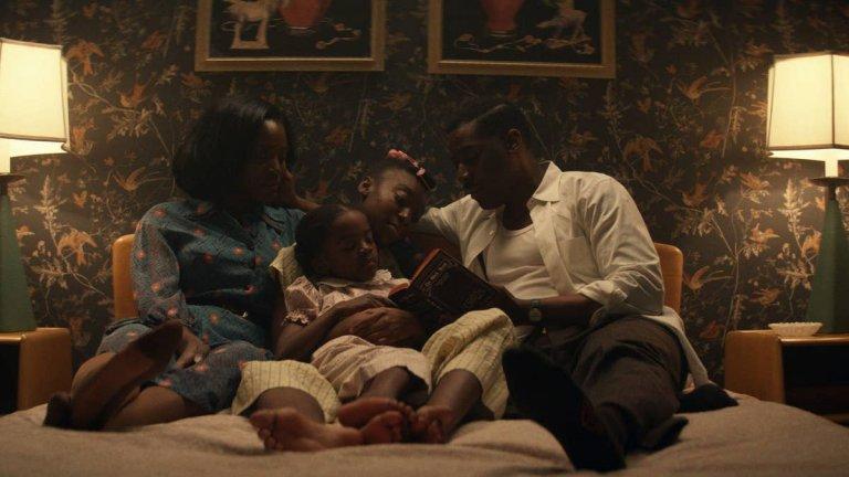 Them (Amazon Prime) - 9 април Каквото и да си говорим, Америка през 50-те не е особено симпатично място, като това важи с изключителна сила, ако си чернокож. А ако си чернокож и със семейството си искате да се преместите в бяло предградие, това може да има и смъртоносни последици. Първият сезон на този антологичен сериал се фокусира именно върху това - чернокожо семейство от Северна Каролина се мести в изцяло бял квартал в покрайнините на Лос Анджелис. А съседите решават, че това не може да остане безнаказано и решават да тормозят злощастното семейство, докато не се махне. Каквато и да е цената на този тормоз.
