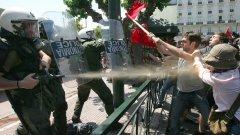 На третия месец нестихващи протести и стачки в Гърция бунтовете взеха първите си жертви...