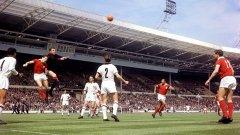 """Снимка от 1963 г. и първия финал за КЕШ, игран на """"Уембли"""". Великият Еузебио даде преднина на Бенфика, но след това с два гола на Алтафини Милан грабна първата от седемте си купи на Европа. Може би забелязвате празните седалки в дъното? Едва 45 700 зрители наблюдават мача на тогавашното съоръжение в Лондон, което побираше над 100 000."""