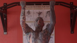 Няма част от тялото на 35-годишния Силвиан Елейн, по която да не е минавала игла за татуиране