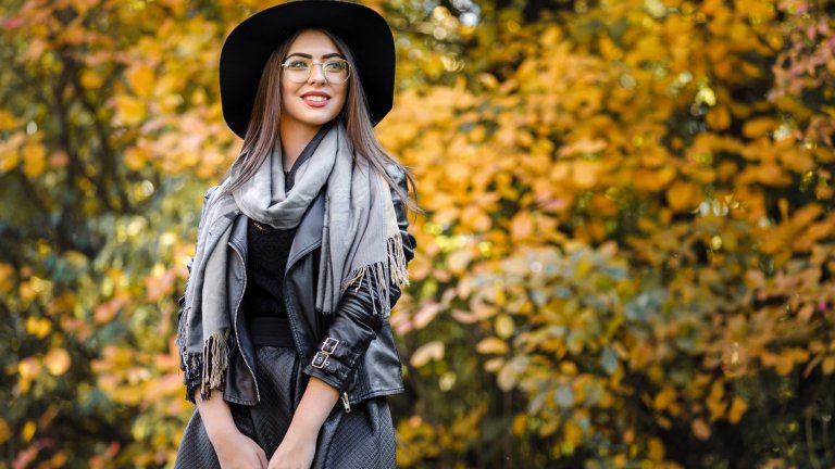 И тази есен и зима ще намерим начини да носим рокли, в които да се чувстваме топло, модерно и актуално, напук на това колко е мрачно времето навън.  А в галерията ще видите седем рокли, с които да се сдобиете още в близките дни: