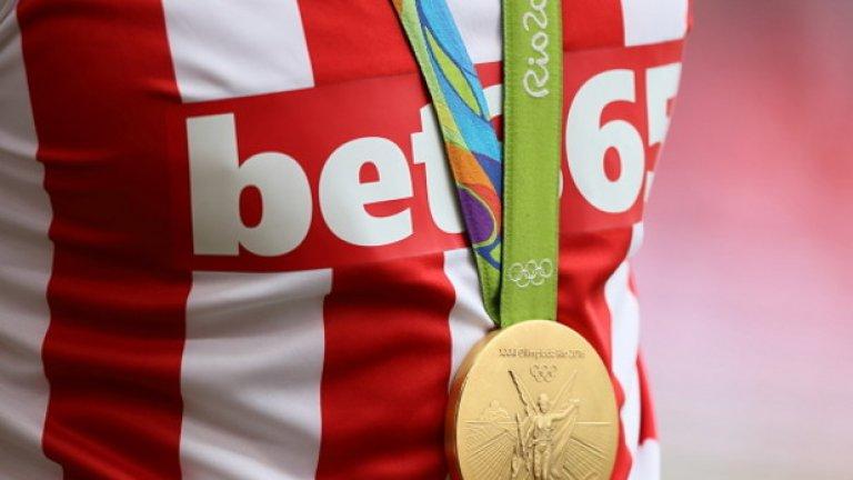 """Стоук Сити – УБА 1:1: Джо Кларк, който спечели златен медал в каяка на параолимпиадата, дойде да подкрепя любимия си Стоук със """"сувенира"""" от игрите"""