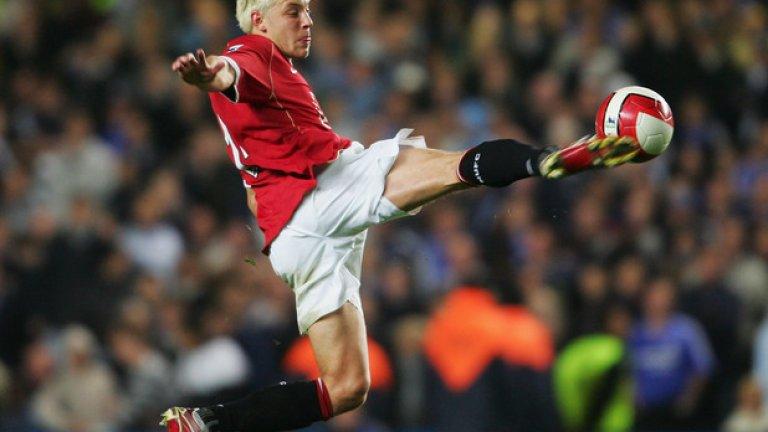 10. Алън Смит – в Нюкасъл, 9 млн. евро (2007) Смит шокира Англия, когато замени Лийдс за Манчестър Юнайтед през 2004-та, но кариерата му почти не бе провалена две години по-късно, когато счупи крака си срещу Ливърпул. Все пак, халфът успя да стане шампион през 2007-а, а след шампионския сезон премина в Нюкасъл срещу 9 милиона евро. Там също бе тормозен от контузии и две години по-късно изпадна в Чемпиъншип. Игра почти до 38-годишна възраст, окачайки бутонките през 2018-а като футболист на Нотс Каунти.