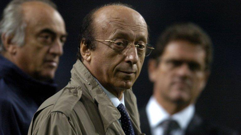 """Докъде стигат пипалата на октопода  Докато през лятото на 2006 г. футболна Италия празнува спечелването на световната титла, генералният директор на Ювентус Лучано Моджи и колегите му се влачат по съдилищата. Седмица преди отборът да триумфира за 29-ти път като шампион в Серия А, властите официално съобщават, че футболното първенство е попаднало в ръцете на организирана престъпна група. Въпросната мафия, чийто кръстник се явява именно Моджи, манипулира резултати, подкупва съдии и фалшифицира цялото първенство. Нещо повече – пипалата на октопода вече са плъзнали и в посока към залагания на нагласени резултати и източване на пари от букмейкърите.  Въпреки многобройните сигнали, доста време властите не предприемат нищо, вероятно заради влиятелните позиции на фамилията Аниели. Но след като футболистът на Сиена Стефано Аргили обявява публично, че неговият отбор се е продал, за да падне с 0:3 от Ювентус, вече няма начин.  Това е голямата афера, известна още като """"Калчополи"""". Проследени са телефонни разговори, събрани са и достатъчно доказателства за престъпната схема. Двете шампионски титли на Ювентус за 2005 и 2006 г. са отнети, като втората е присъдена на Интер. Тимът от Торино е изгонен да играе в Серия Б. С отнемане на точки са наказани още Милан, Фиорентина, Лацио и Реджина. Шефовете на съдийската колегия Пайрето и Бергамо са изгонени завинаги от футбола. Моджи и другият директор на Ювентус Антонио Джираудо са осъдени отначало да лежат ефективни присъди в затвора, но в крайна сметка касационният съд ги отменя.  А Ювентус? Тимът се нуждае от пет години, за да влезе в новата си """"Златна ера"""", с петте поредни шампионски титли между 2012 и 2016 г. Къде с честни средства, къде с дузпи като тази срещу Милан…"""
