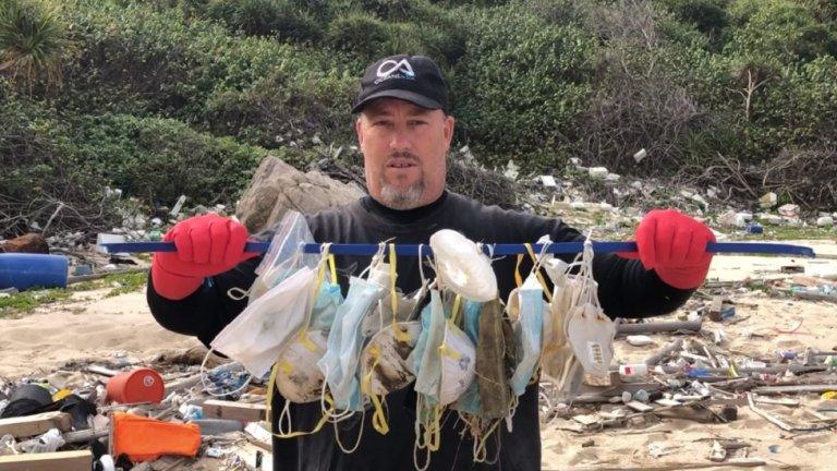 """Още през февруари, когато маските не бяха задължителни на много места по света, и бяха в масова употреба в Китай едва шест до осем седмици, от природозащитната организация """"Океани Азия"""" алармираха, че в изолираните острови Соко - малка група острови край югоизточния бряг на Лантау, Хонконг, върху само сто метра от брега бяха намерени 70 маски."""