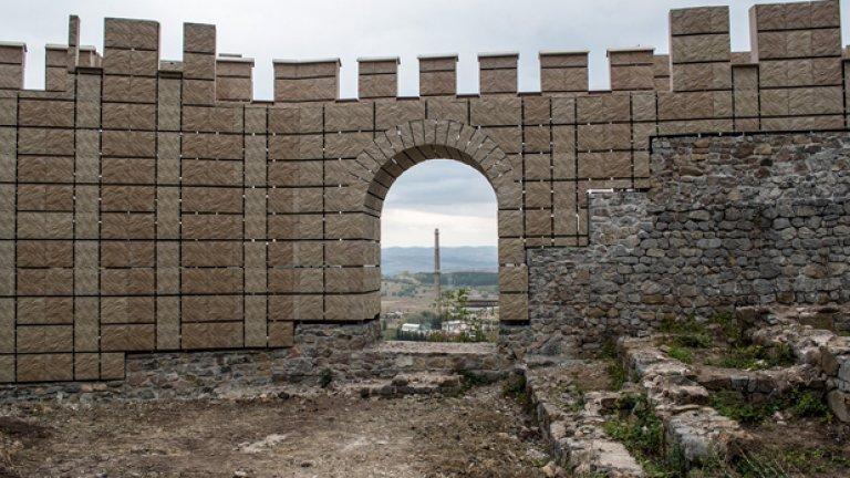 """Крепостта """"Кракра"""", Перник - 4.3 милиона лева     Първенец в категорията за най-голяма бутафория. Официално там е извършена визуализация, тоест някакво наподобяване на крепостните стени. Може да е смешно, но това е единственото възможно решение, взето на принципа колкото да не е без нищо.     Първоначалната идея на общината в Перник е крепостните стени да се доизградят с естествени материали – ломен камък, хоросан и пресована глина. От Националния институт за недвижимо културно наследство (НИНКН) са се възпротивили на тези планове с мотива, че останките са вкопани само на 70 см. в земята и няма да издържат тежестта на допълнително надграждане.    И така, когато няма вар и камъни, идват полимерните и обърнатите винкели.    Засега не е известно как туристическият атракцион се е отразил на приходите на общината. Не е известно и как приключиха проверките на Министерството на културата, които бяха скандализирани от крайния резултат на калето в миньорския град.    Междувременно Божидар Димитров призна """"Кракра"""" като единствен провал на порива към реставрация и попита защо не се задействат прокуратурата и ДАНС."""