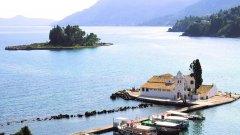"""Остров Корфу в Йонийско море е наричан """"Смарагдовия остров"""", тъй като е смятан за един от най-зелените острови в Гърция и дори в цяла Европа. Климатът му помага много на буйната растителност - средната температура през септември е около 30 градуса, което го прави идеален за късна лятна почивка.  Корфу може да предложи както исторически забележителности, така и живописни плажове и пейзажи, така че да опитате от всичко по време на ваканцията си. Централният град на острова се нарича Корфу или Керкира на името на речната нимфа от митологията, в която е бил влюбен Зевс."""