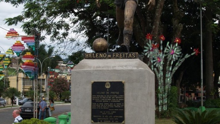 Паметникът в родния му град Сан Жоао.