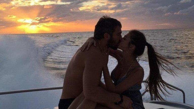 Хокеистът и годеницата му не пропускат възможност за приключения на яхтата си.