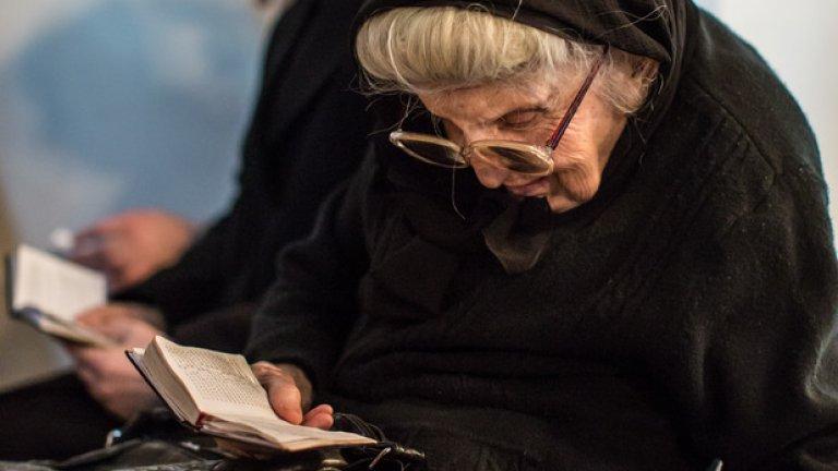 Вагаршапат. Жена чете молитвена книга в основната катедралата на Арманската апостолическа църква Ечмиадзин - най-старата катедрала в света.