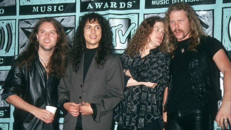 """Metallica - Nothing Else Matters Когато се чуе за Metallica, малцина свързват името с нежни мелодии. И все пак Nothing Else Matters е може би най-известното им парче. Причината затова е проста - песента е толкова велика, че дори и хората, които не слушат рок и метъл, я обожават. И има защо. Първоначално песента не е била предвиждана за записване. Джеймс Хетфийлд я пише за тогавашната си приятелка като много лично послание, но парчето е толкова добро, че се озовава в """"Черния албум"""", печелейки безсмъртна слава."""