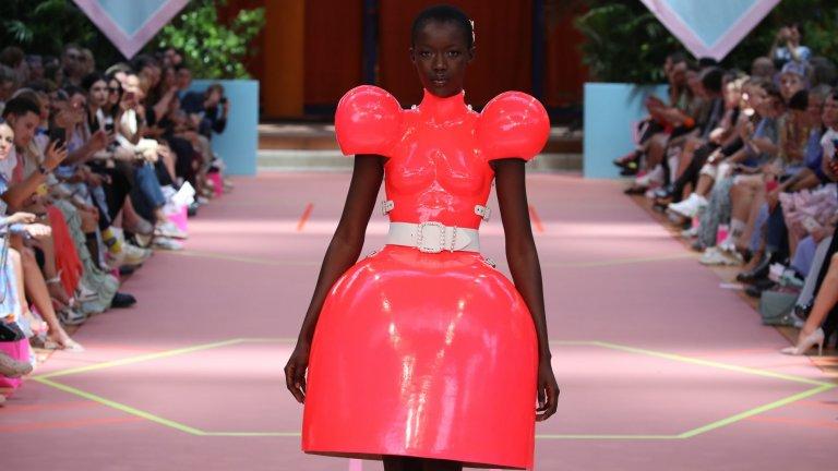 Пластмасова рокляИма дрехи от изкуствени материи, но я има и тази рокля, която е буквално парче отлята под формата на рокля пластмаса. Дело е на Marina Hoermanseder, но австрийската дизайнерка не споделя на каква цена се предлага това творение. Едва ли ще е под 400-500 долара обаче.