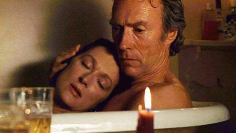 """Мостовете на Медисън Последното ни предложение в този топ 5 на филмите за изневяра идва от една класика, която почти всеки човек, който цени киното е гледал. """"Мостовете на Медисън"""" е може би един от малкото филми, в които изневярата се разглежда в любовно-романтичен контекст. Въпреки че е привидно щастлива в брака си, Франческа Джонсън изживява четири дни на пламенна, емоционална и красива любов с фотографа Робърт Кинкейд. Темата за изневярата, колкото и нередна да е тя принципно, тук оставя в зрителя чувството, че истинската любов всъщност съществува и онова, което се случва на екран не е нередно, а е почти съдба. Финалът на филма е разплакващ, а репликата """"Не искам да имам нужда от теб, защото не мога да те имам"""" остава да тежи като буца в гърлото."""