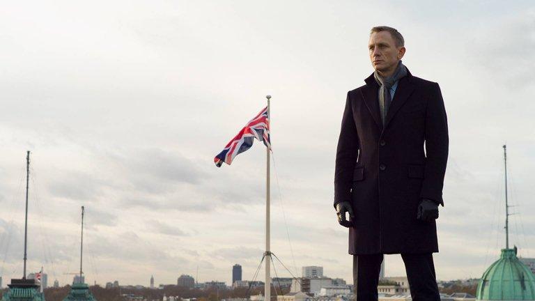 """""""007 Координати: Скайфол"""" С този филм от поредицата за Джеймс Бонс, Мендес се изправя пред предизвикателството да вкара героите в свят, който би бил абсолютно чужд на хората, създали ранните адаптации по Ян Флеминг. И успява. В Скайфол MI6, Бонд, М и техните променящи се роли са в центъра на действието. Разузнаването се брани от враждебно настроен държавен бюрократ (Ралф Файнс), а MI6 е под заплаха от Раул Силва (Хавиер Бардем) - бивш агент с кибер-умения, който се чувства предаден от М преди години. Даниъл Крейг влиза в ролята съвършено, а Мендес изкарва историята за Джеймс Бонд на сцената на съвременния живот."""