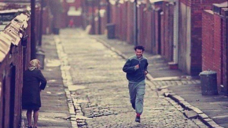 Райън Гигс снима реклама за швейцарска марка часовници, бягайки по малките улички на Болтън през 1996 г.