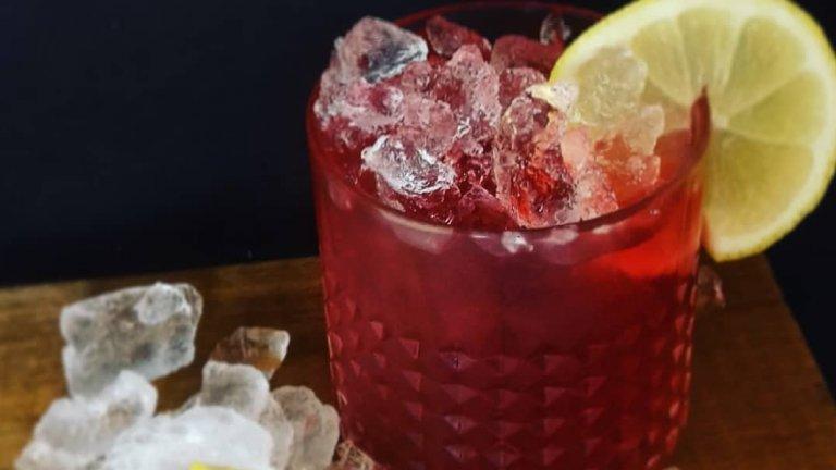 Морски бриз  Зад това наименование се крие приятен и изключително лесен за приготвяне летен коктейл. Просто комбинирате 50 мл. водка, 100 мл. сок от червена боровинка и 50 мл. сок от грейпфрут. Дори не ви е необходим шейкър, можете да смесите всичко направо в чашата. Добавяте натрошен лед и украси като резенче портокал или коктейлна черешка.