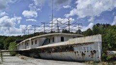"""През 1981 г. бившата плаваща база на ВМФ започва втори живот като школа за подготовка на леководолази. Днес базата отново е """"бивша"""", а за миналото й си спомнят само шепа стари водолази"""