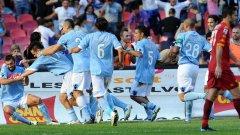 Хамшик приема поздравленията на съотборниците си в Наполи след гола му срещу Рома през октомври