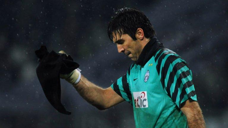 Вратарят на Юве и националния отбор на Италия Джанлуиджи Буфон напуска съкрушен терена на Олимпийския стадион в Торино