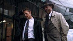 """""""Седем"""" (Se7en)Година:1995Започваме с втория филм на Финчър, просто защото е все така култов четвърт век по-късно. След относителния фалстарт на Финчър с """"Пришълецът 3"""" (за него след малко) вероятно цялото му бъдеще е зависело именно от втория му филм. Е, справя се отлично. """"Седем"""" е безмилостно смущаващ криминален трилър за сериен убиец. Филмът се харесва както на мейнстрийм аудиторията, така и на ценителите на артхауса. Сюжетната линия, която следва, стъпва върху концепцията за Седемте смъртни гряха, а детективското дуо Фрийман-Пит завинаги блести със своето остроумно присъствие в играта на котка и мишка. Ако не сте го гледали, задължителен е, а поуката от него засяга безкомпромисно всеки един човек. Не за друго - всички грешим."""