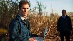 """""""True Detective""""   Най-голямото телевизионно събитие на 2014-а и почти сигурна модерна класика. Криминалната драма на HBO предложи скандално качествена драматургия, виртуозна техническа презентация и великолепни актьорски изпълнения.  Матю Макконъхи и Уди Харелсън създадоха невероятни телевизионни персонажи, придаващи особена плътност на заплетения сюрреалистичен разказ за престъпления в американския Юг."""