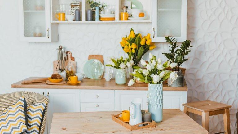 Изберете си естествен цветен акцент Ето нещо съвсем малко, с което можете да промените облика на кухнята си изцяло - купете смело комплект с чаши и чинии, който да е направо дързък с цвета си.  Отгоре личи добре какво се случва, когато това е жълто, а заедно с букета и възглавницата, положението става дори по-закачливо. Само имайте предвид, че не трябва да ги криете в шкафовете - нека радват очите.