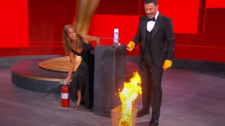 Пожар на сцената  Преди дистанционното събиране с бившите ѝ колежки Дженифър Анистън беше на сцената заедно с Джими Кимъл за връчване на първата награда за вечерта, за да изиграят скеч за нуждата от дезинфекция на пликовете с имената на победителите. Стигна се дори до планирано запалване на плик, при което Анистън го угаси с пожарогасител.   Е, не успя напълно, защото огънят продължи да гори на сцената за изненада дори на екипа. Спорно е дали това е пример за добра, или лоша телевизия, но ако не друго, поне демонстрира колко сбъркани могат да са нещата през 2020 г.