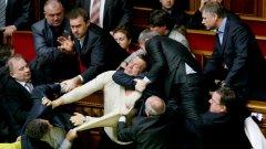 Бой, димки, яйца и хаос в украинския парламент по повод ратифицирането на споразумението за оставането на руския Черноморски флот в Севастопол
