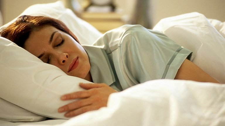 Използвайте памучно спално бельо и памучни дрехи за сън. Тази естествена материя е дишаща и ви защитава от големите жеги.