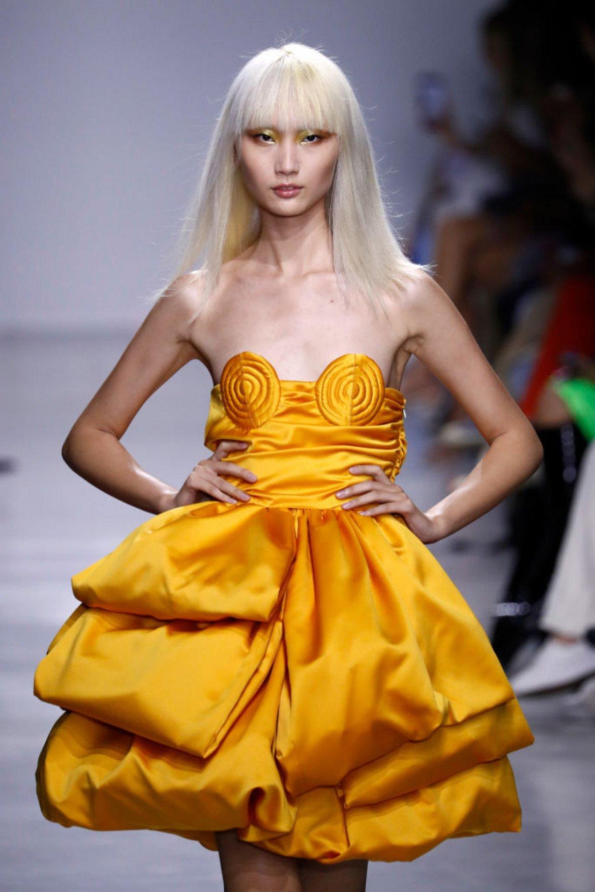 А различните нюанси на жълтото почти винаги са присъствали в пролетно-летните тенденции.  Модел на Annakiki от колекцията пролет/лято, представена на Седмицата на модата в Милано през 2019 г.
