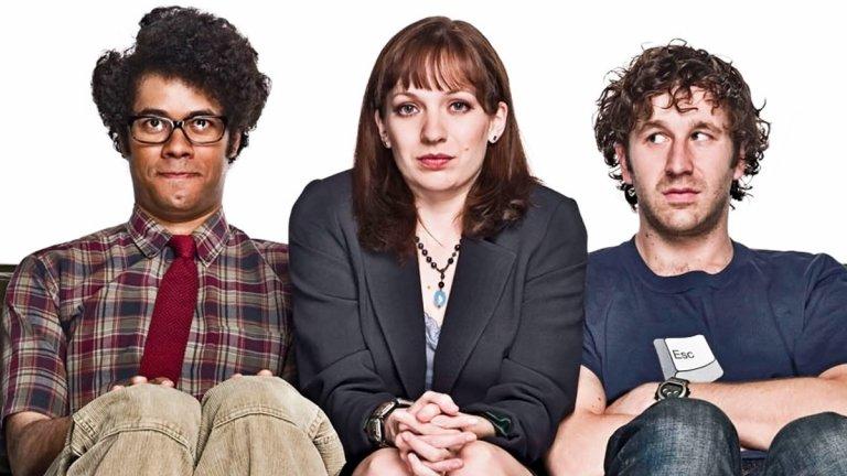 """The IT Crowd Сезони: 4 (завършил) Епизоди: 24  Британското включване е The IT Crowd - сериал от времената, в които да си компютърен гийк не се считаше за готино (просто защото компютрите не бяха така масови). Мързеливият Рой и асоциалният гений Мос са екипът по техническа поддръжка на голяма корпорация. Забутани са в мазето и редовно им се налага да дават тъпи съвети на останалите служители (""""Опитахте ли се да го рестартирате?""""). Един ден тяхната работна """"динамика"""" се променя, когато за директор на отдела им е назначена новоназначена жена на име Джен. Проблемът? Тя не разбира абсолютно нищо от компютри..."""