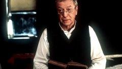"""""""Правилата на дома"""" (The Cider House Rules, 1999 г.)  Филм за сирак (Тоби Магуайър), който живее в сиропиталище в провинциално градче в щата Мейн. Никой не го осиновява и той се превръща в любимеца на директора д-р Уилбър Ларч (Майкъл Кейн). Той му предава всичките знания по медицина. Накъде ще го отведе опитът, предаден му от д-р Ларч?   Тук виждаме Кейн в ролята на мъдър, любящ и готов да се раздаде в името на чуждото благополучие мъж. Роля, която му носи награда Оскар. Впечатляваща е и ролята на Шарлиз Терон в този филм. Ако по някаква причина сте го пропуснали, наваксайте."""