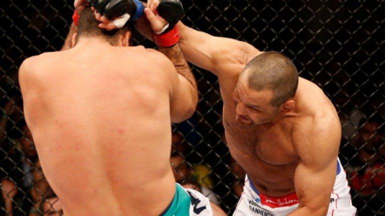 Срещу Маурисио Хуа II, 23 март 2014 г., UFC Fight Night Контузията в коляното, която му попречи да се бие срещу Джоунс, извади от строя Хендо до февруари 2013-а. След това Хендерсън загуби три последователни мача: Лиото Мачида, Рашад Еванс и Витор Белфорд. Но през март 2014-а Хендо се завърна към победите. Вторият му двубой с Хуа не бе бляскав, колкото първия, но голямата дясна ръка се появи в третия рунд и приспа Шогън.