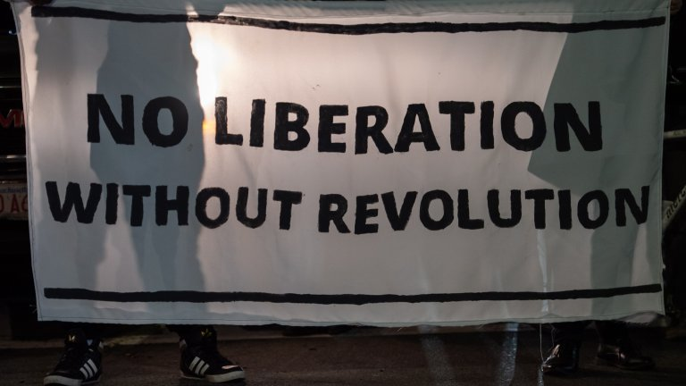 """Един от плакатите в Бостън - """"Няма освобождение без революция"""""""