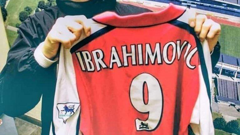 Златан Ибрахимович позира с фланелката на Арсенал, но трансферът му в Лондон така и не се осъществи.