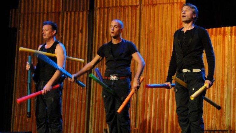 Фокуси, театър, хумор, акробатични изпълнения и най-вече перкусии