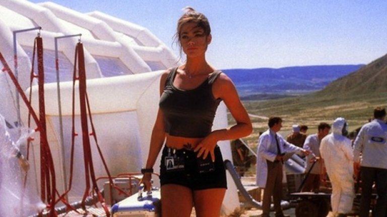 """Дениз Ричардс - """"Само един свят не стига""""  Запазената марка на всички филми за Джеймс Бонд е появата на прелестната femme fatale, която съпътства култовия шпионин в приключнията му - оттам идва и титлата """"момичето на Бонд"""".   В този случай обаче продуцентите на """"Само един свят не стига"""" явно са прибегнали към пародийния кастинг, след като са привлекли Дениз Ричардс в ролята на американската специалистка по ядрена физика Кристмас Джоунс."""