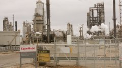 Компанията притежава 37 нефтени рафинерии в 21 държави
