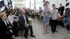Преди днешния журналистически фарс, еврокомисар Крус посети българско училище.
