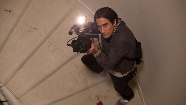 """Лешояда/ Nightcrawler   Още един филм с доста мрачна и зловеща атмосфера, на която Джиленхол пасва учудващо добре. Той играе ролята на Лу Блуум – млад и антисоциален мъж, който постепенно се вманиачава по заснемането на сцени от местопрестъпления, които после продава на медиите. Нещата започват да излизат извън контрол, когато той започва да се осмелява сам да """"режисира"""" кадрите, за да извлече максимума от тях. Останалото от филма и от образа на Джейк в него просто трябва да се види."""