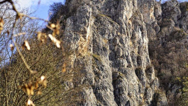 Величествените скали, надвиснали над ждрелото на река Ерма.