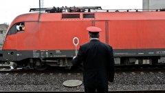 Локомотив на пътнически влак се запали на гара Павликени